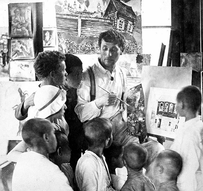 Марк Шагал с учениками.