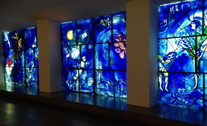 Витраж «Окно мира» в приемном зале здания Генеральной Ассамблеи ООН. Автор: Марк Шагал.
