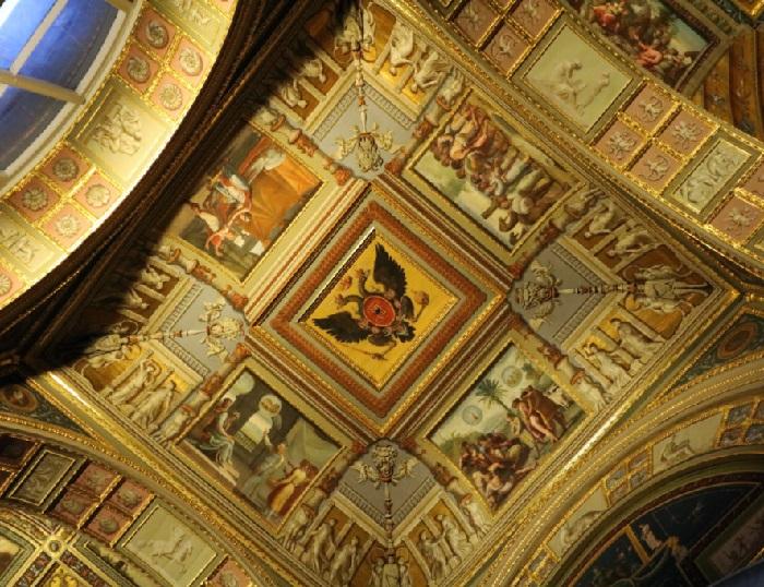 В центральном своде размещен двуглавый орел - символ российской империи.