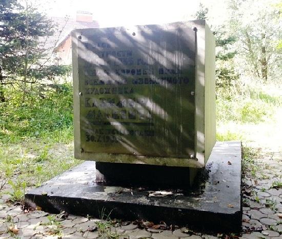 деревянный кубический монумент с изображенным черным квадратом.