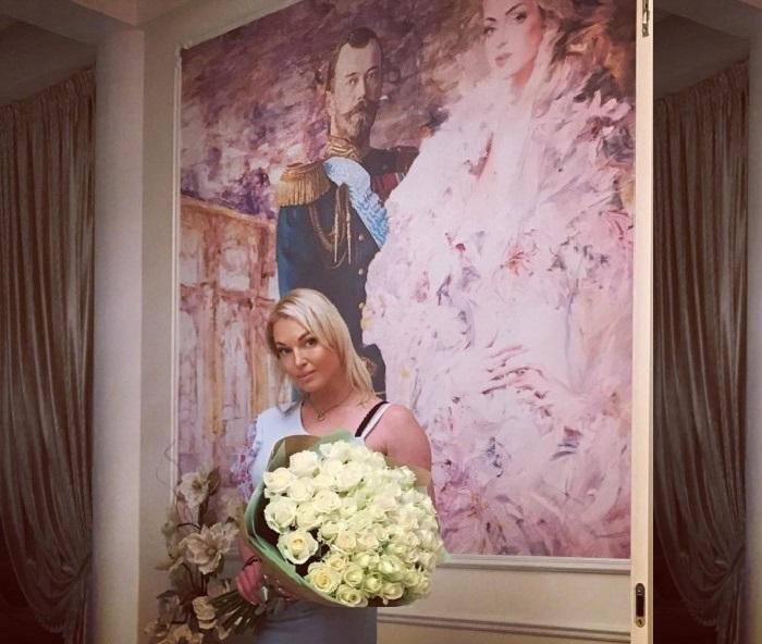 Анастасия Волочкова в своем доме. | Фото: fashion-int.ru.