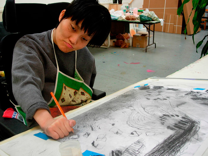 Thanh-Diep за работой. Арт-терапия в центре-студииCreativityExplored в Сан-Франциско (Калифорния, США).