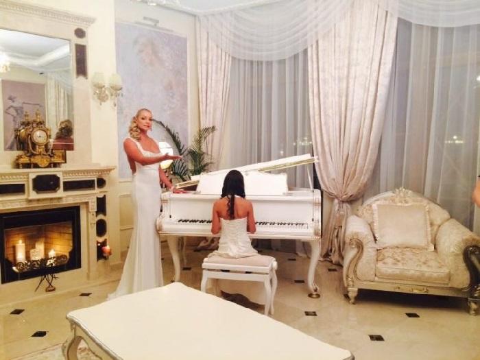 Знаменитый белый рояль, подаренный Анастасии Николаем Басковым. | Фото: fashion-int.ru.