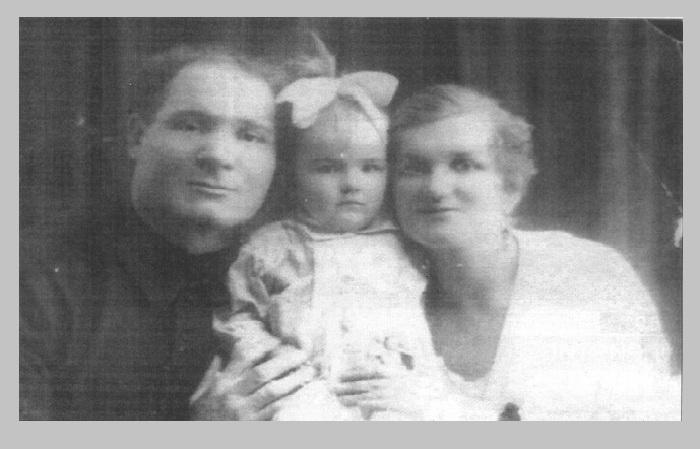Лев Задов-Зиньковский с женой Верой Зиньковской-Матвиенко и дочкой Аллой. (1926 год).