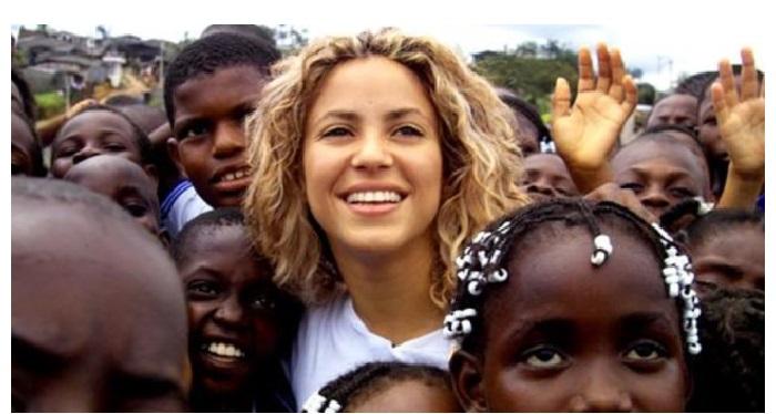 Шакира с афро-американскими детьми.