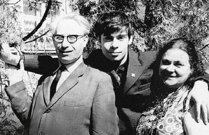Ефим Шифрин с родителями.