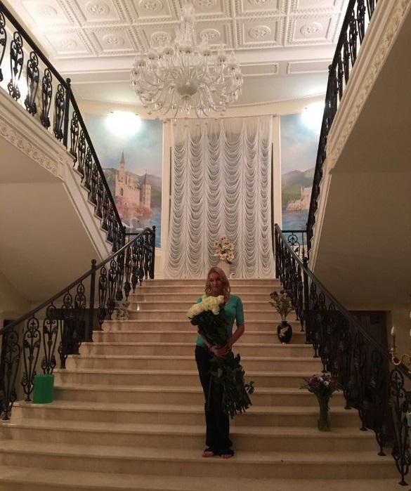 Загородный особняк Анастасии Волочковой. Парадная лестница. | Фото: fashion-int.ru.
