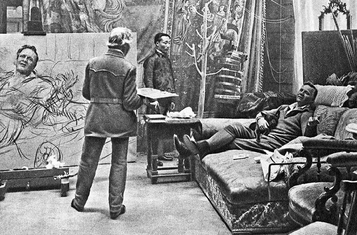 Художник Илья Репин пишет портрет певца Федора Шаляпина в своей мастерской в «Пенатах» в феврале-марте 1914 года. Из фотоархива художника.