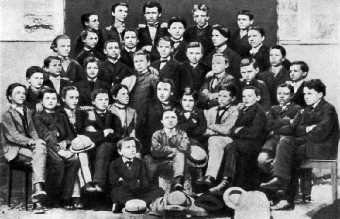 Иван Франко среди учащихся третьего класса Дрогобычской гимназии (во втором ряду – первый слева). Фото 1870 год.