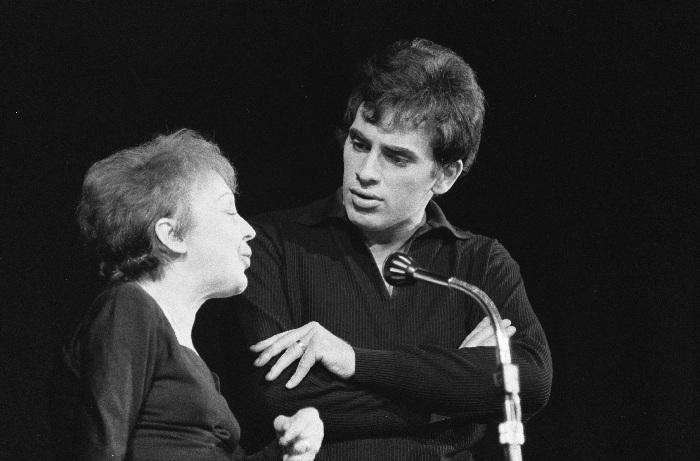 Тео Сарапо и Эдит Пиаф на сцене. / Фото: Getty Images.