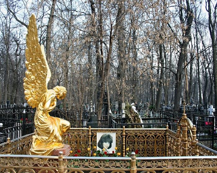 Позолоченная статуя скорбящего ангела на могиле Маши Шиловой. (1979-1996 г.г.)