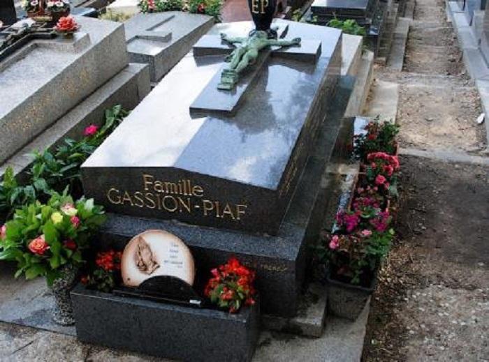 Могила в которой покоятся с миром Эдит Пиаф и ее близкие. / Фото: Rexfeatures.com