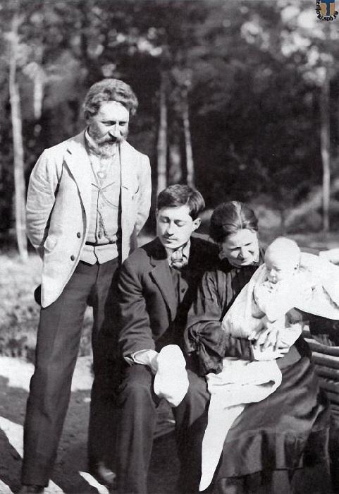Илья Репин с сыном, невесткой и их первенцем.