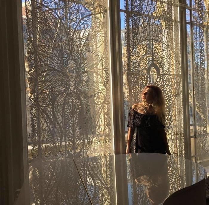 Вытынанки от львовской мастерицы  Дарьи Алешкиной. Когда свет проходит сквозь резное кружево вытынанок-занавесок, создается своеобразный эффект от светотени.