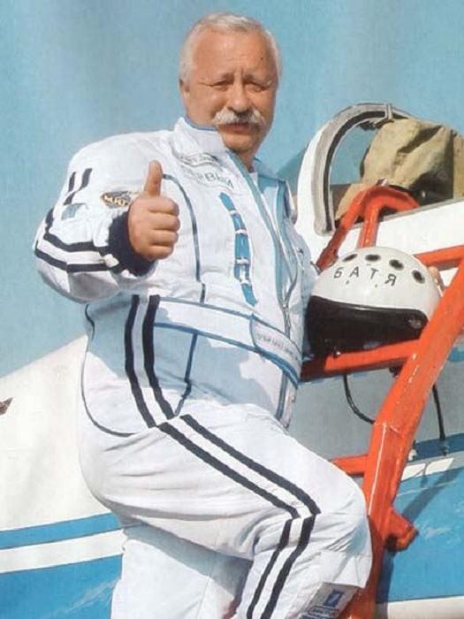 ... в его жизни появилась еще одна страсть: он увлекся полетами на спортивных самолетах.