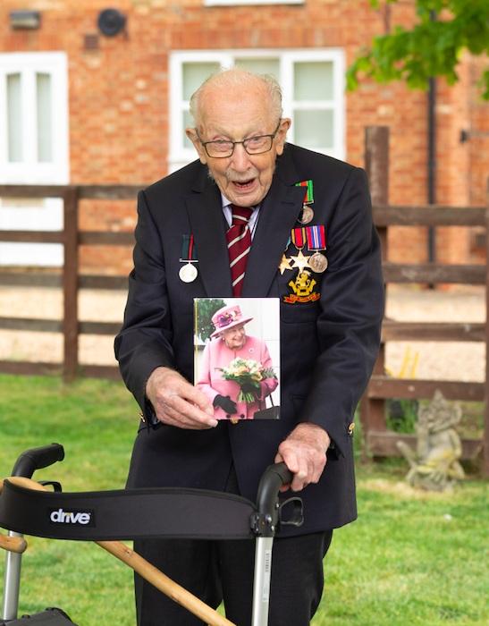 Юбиляр Том Мур принимает поздравления.  | Фото: bbc.com