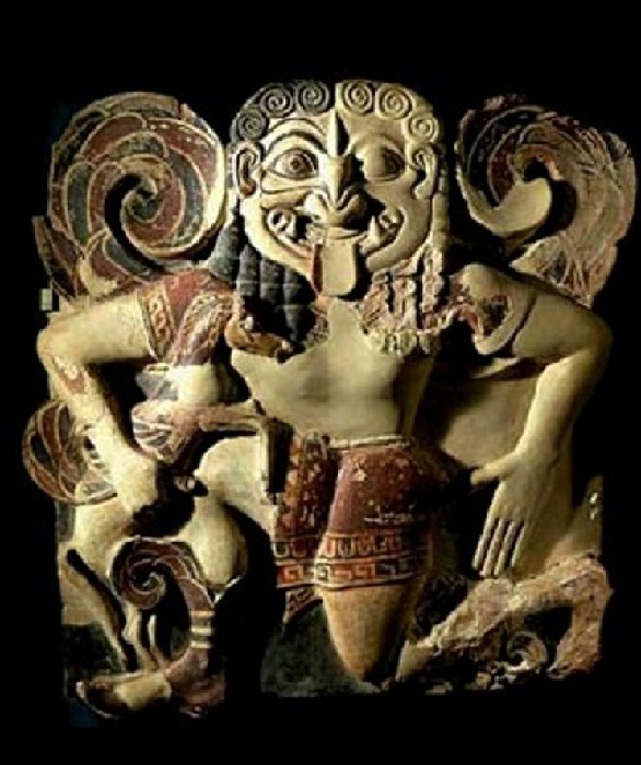 Терракотовый  горгонейон (амулет),  изображающий Медузу.