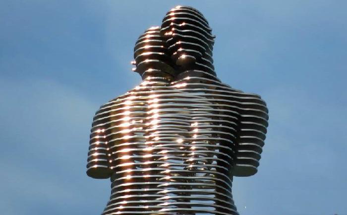"""""""«Поцелуй Али и Нино». Фрагмент. (Образы мужчины и женщины выполнены из металлической решетки, в сущности похожей на жалюзи).  Скульптор: Тамара Квеситадзе."""