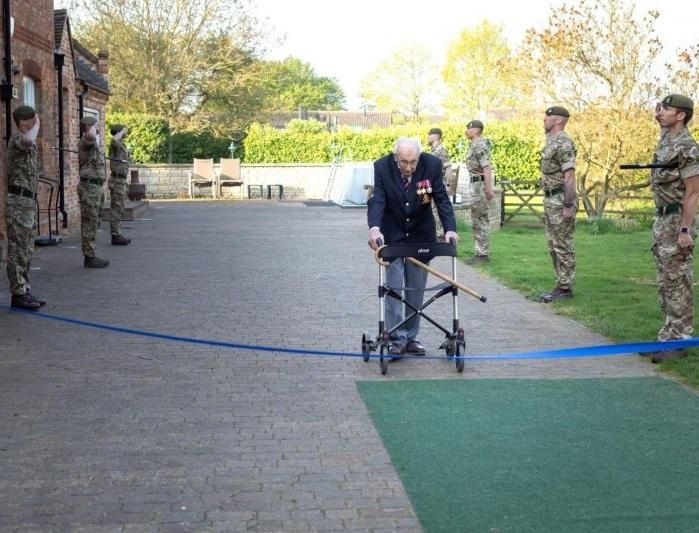 Для своего финального круга сегодня капитан Том надел все свои награды и приветствовали его солдаты из Йоркширского полка, которые специально прибыли, чтобы поддержать ветерана.