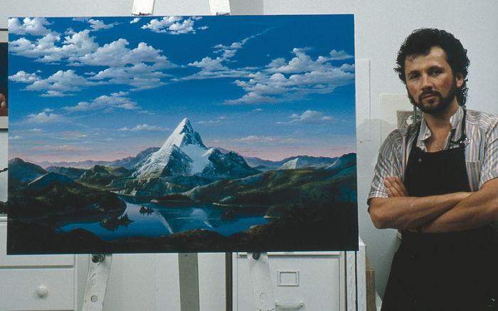 Дарио Кампаниле - итальянский художник, на фоне своей картины, ставшей логотипом знаменитой американской киностудии Paramount Pictures. | Фото: livejournal.com.