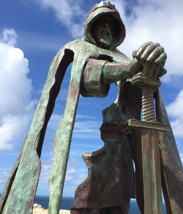 «Галлос» - статуя короля Артура. Остров Тинтагель. Великобритания. Скульптор: Рубин Эйнон.