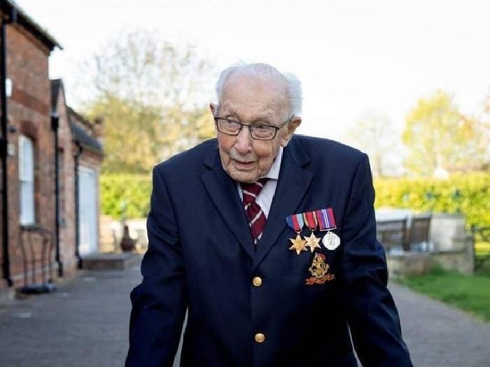99-летний ветеран второй мировой войны капитан Том Мур.
