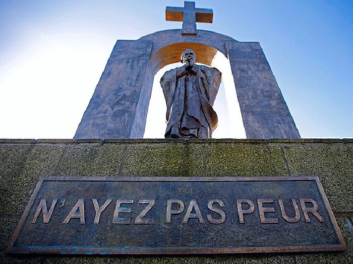 Памятник Папе Римскому Иоанну Павлу II.