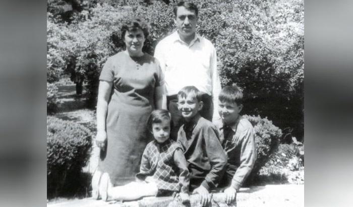 Маленький Валерий Меладзе с родителями, братом и сестрой.