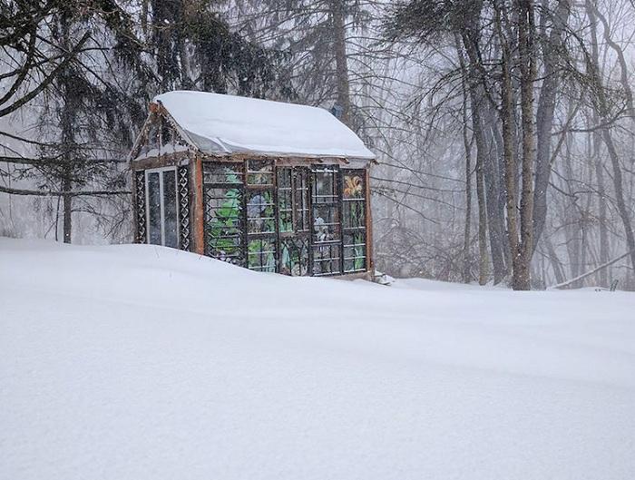 Даже зимой стеклянная хижина, как яркий маяк среди снежных сугробов.¦ Фото: mymodernmet.com