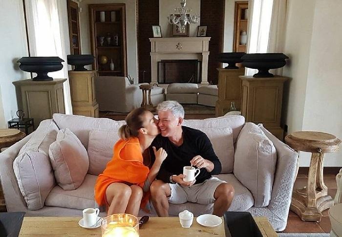 Олег Газманов с супругой Мариной в комнате с камином.  | Фото: aqua-rmnt.com.
