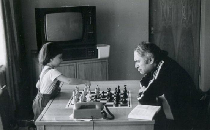 Михаил Таль играет в шахматы с дочерью Жанной.