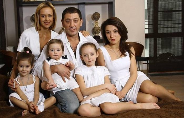 Григорий Лепс с женой Анной, их детьми и дочерью Ингой от первого брака.