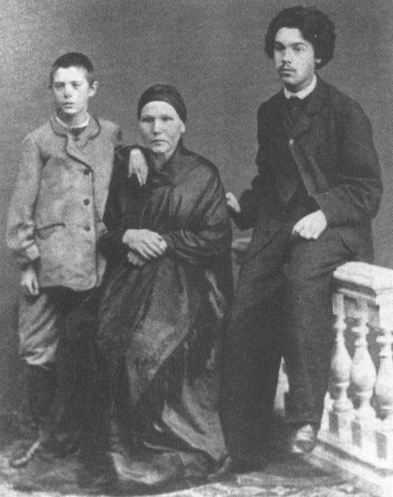Василий и Александр Суриковы с матерью Прасковьей Фёдоровной.