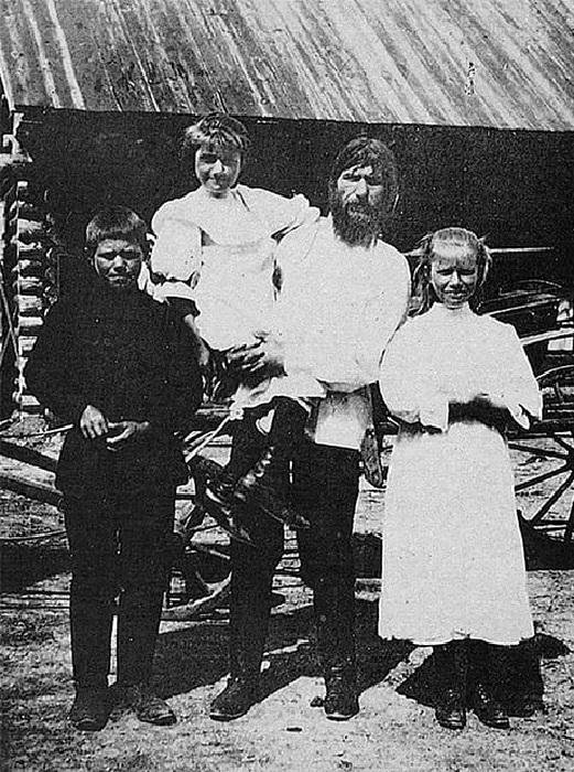 Григорий Распутин со своими детьми в селе Покровское Тюменского уезда Тобольской губернии.