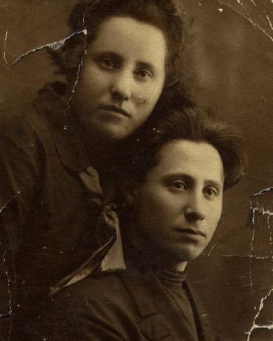 Сарра Шифрина - сестра-близнец и Залман Шифрин.