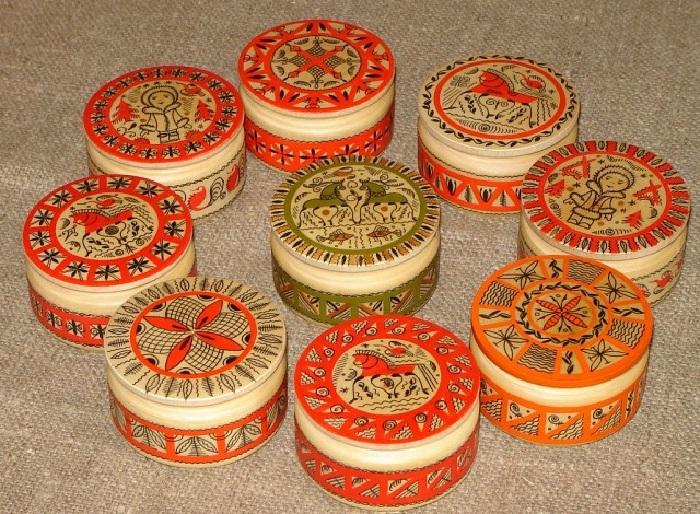 Шкатулки в стиле мезенской росписи.