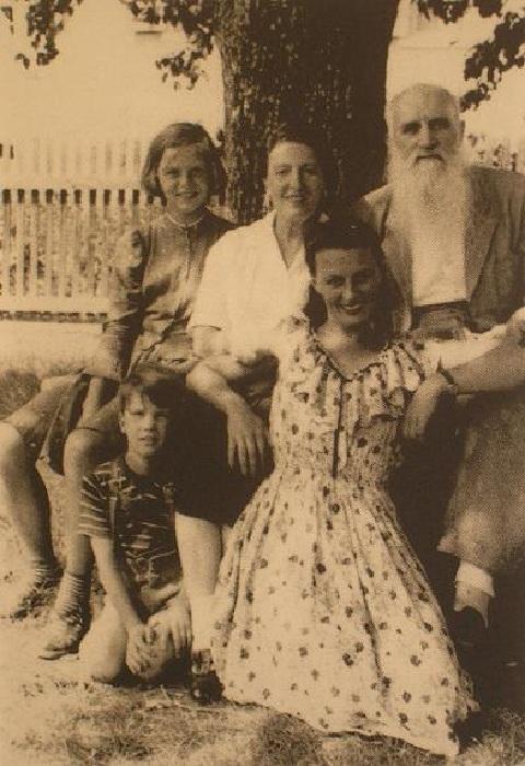 Семья Мясоедовых в 1950 г. У ног Ивана Мясоедова и Мальвины Верничи сидит их дочь Изабелла Верничи. Слева ее дети - Анита и Михаэль Модлер.