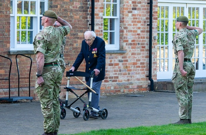 Для своего финального круга капитан Том надел все свои награды. Его приветствовали солдаты из Йоркширского полка, специально прибывшие поддержать ветерана.