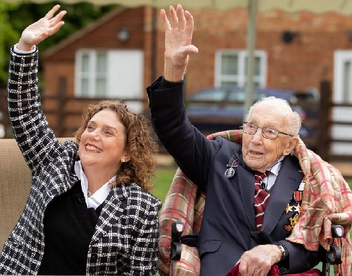 Том Мур с дочерью Ханной приветствуют самолеты, пролетающие над его домом. / Фото: Reuters.