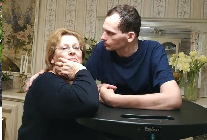 Алексей Янин с матерью.