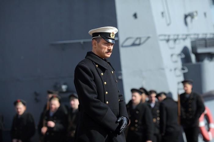 Антон Хабаров в сериале «ТРОЦКИЙ», где актер сыграл морского офицера Алексея Щастного.