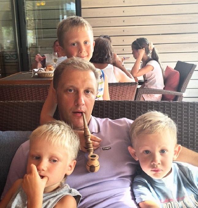 Актер с сыновьями.
