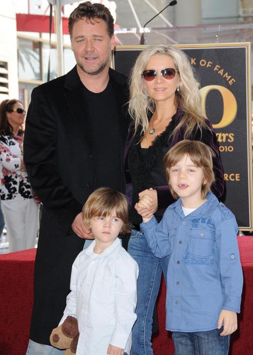 Рассел Кроу и Даниэль Спенсер с сыновьями.