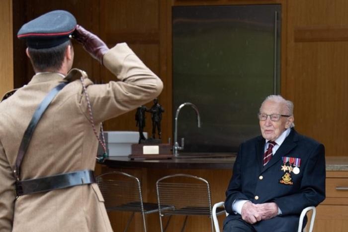 В столетний день рождения Тому Муру присвоили почетное звание полковника.  | Фото: bbc.com