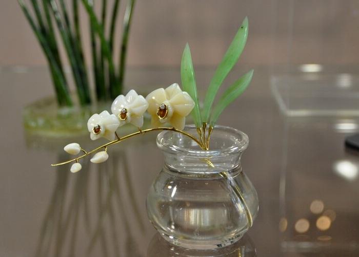 «Орхидея-фаленопсис» Кахалонг, нефрит, горный хрусталь, циркон, металл. 1998 г. Автор: Виктор Васильев.