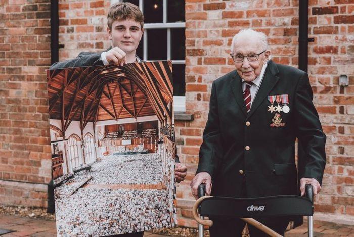 Бенджи Ингрэм-Мур преподнес своему деду фотографию тысяч открыток, присланных ветерану на день рождения.