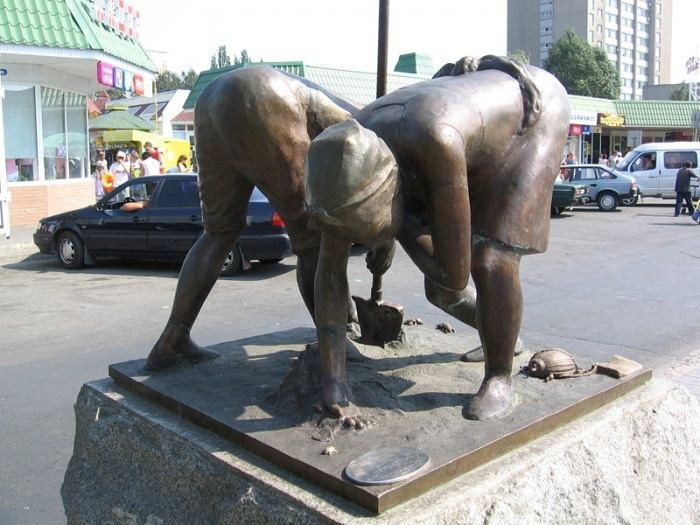 Памятник дачникам и жукам. Украина. г.Бердянск. (2005г.) Скульптор: Николай Мироненко.