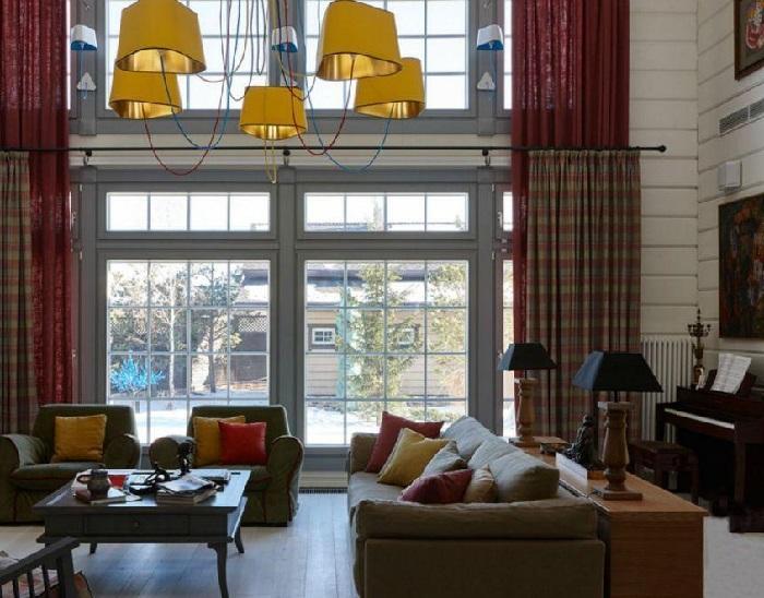 Гостиная с большими окнами в мелкую расстекловку. | Фото: fashion-int.ru.