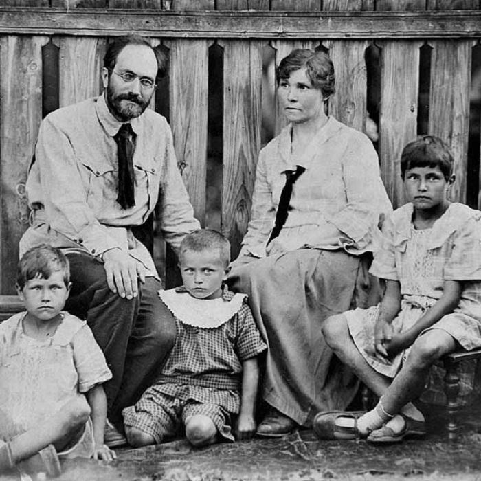 Семейство Яблонских. Нил Александрович, Вера Георгиевна и их дети. (справа - Татьяна Яблонская).