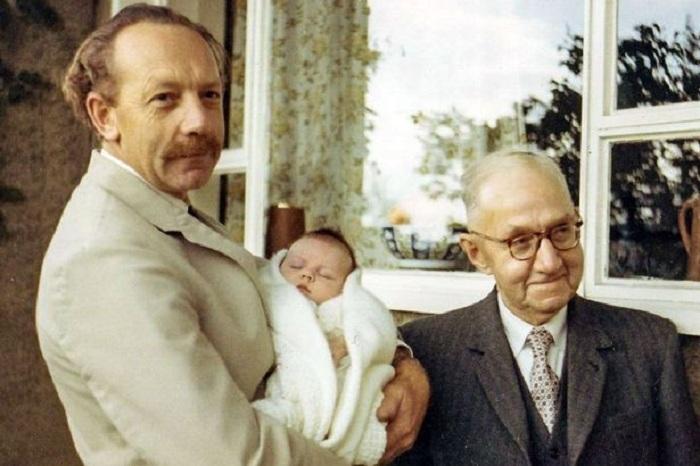 Капитан Том Мур с дочерью Люси и своим отцом.